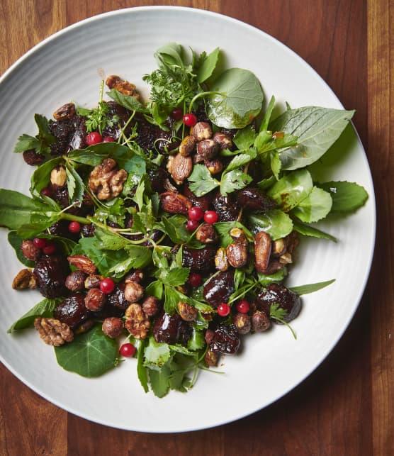 Salade de gésiers de canard laqués aux airelles et au sirop de bouleau, de verdures boréales et de noix glacées au poivre des dunes