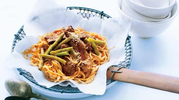 Nouilles chinoises au boeuf et au sésame grillé