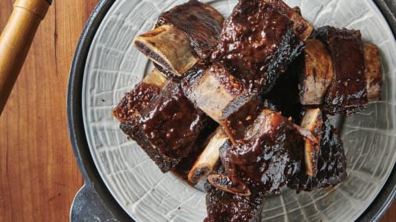 Côtes levées de bœuf laquées au gingembre et rondelles d'oignons croustillantes