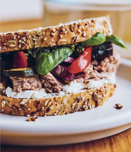 Sandwich au thon et aux légumes grillés