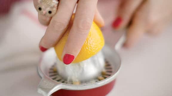 Couper le beurre et extraire le jus du demi-citron