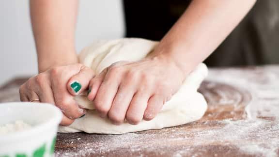 Pétrir la pâte à nouveau