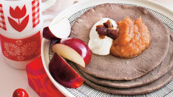 Ploye de sarrasin avec compote de dattes et de pommes