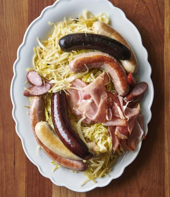 Embeurrée de chou aux lardons servie avec marinades de légumes divers