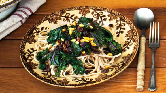 pâtes au kale, aux pignons et aux raisins secs