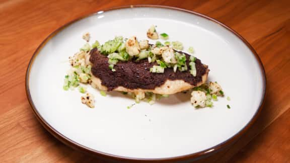 Tilapia en croûte d'olives noires, chou-fleur rôti et salsa verde