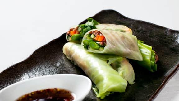 Rouleaux de chou vert aux légumes printaniers