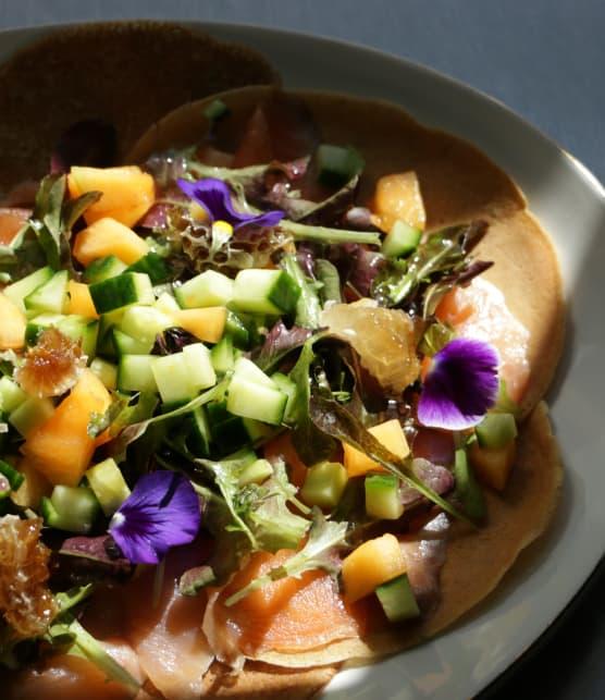 Crêpe à la truite fumée et salade de concombre et melon
