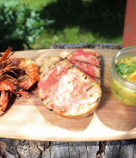 Crevettes entières grillées, «pan con tomate» et guacamole grillée