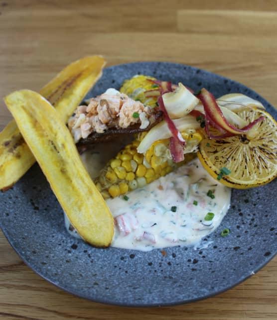 Truite grillée, maïs boucané, chips de plantain et peau de poisson croustillante