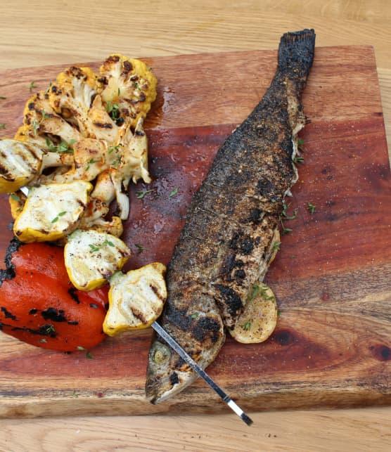 Poissons entiers grillés, steak de chou-fleur et brochette de pâtissons
