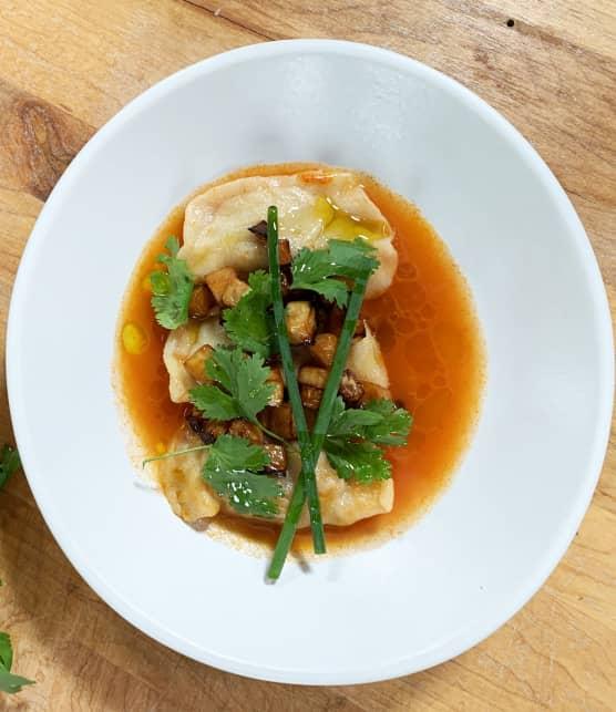 Dumplings à l'agneau et coriandre, bouillon de tomates et navets caramélisés