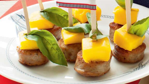 Brochettes de saucisses italiennes, mangue et basilic