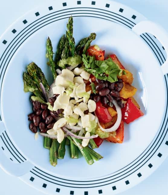 Salade tiède d'asperges et de poivrons grillés, de fèves noires et de fromage en grains