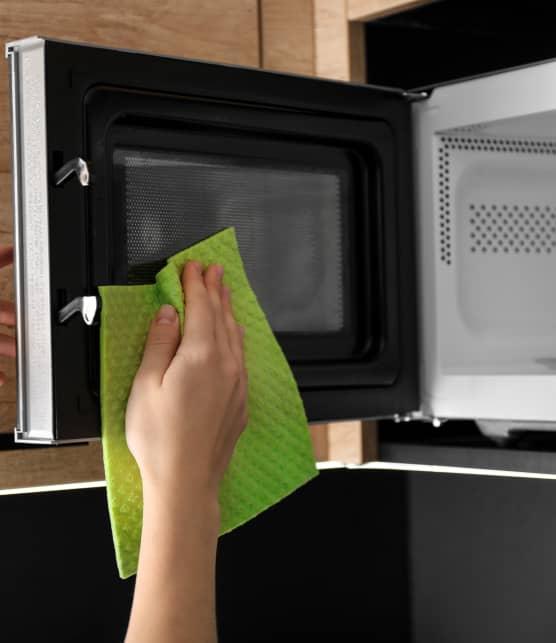 La meilleure technique pour nettoyer son micro-ondes rapidement et sans efforts