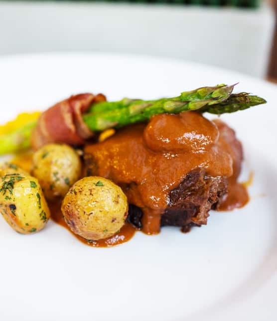 Joue de boeuf braisée au marsala, sauces aux épices et foie gras
