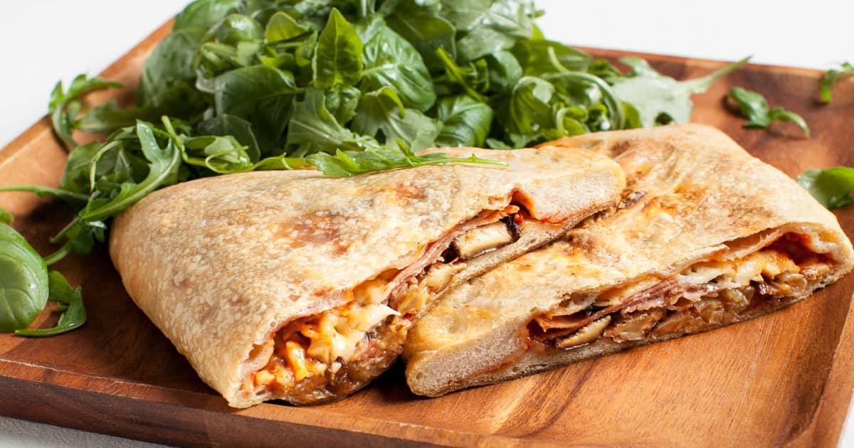 Recette de pizza calzone aux légumes rôtis et prosciutto ...