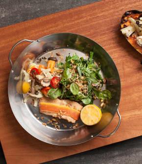 Saumon fumé à chaud et sa salade croquante