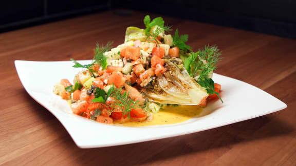 Salade de laitue iceberg grillée et melon d'eau