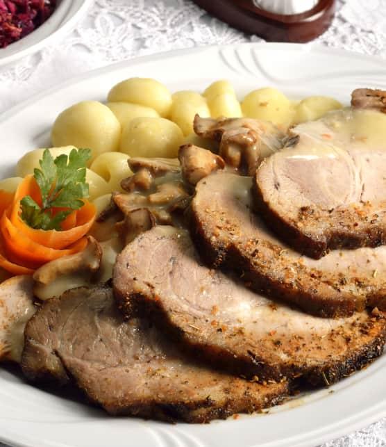 Rôti de porc aux chanterelles et aux petits oignons