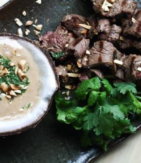 Préparer des satays de boeuf avec sauce à la noix de coco et arachides rôties