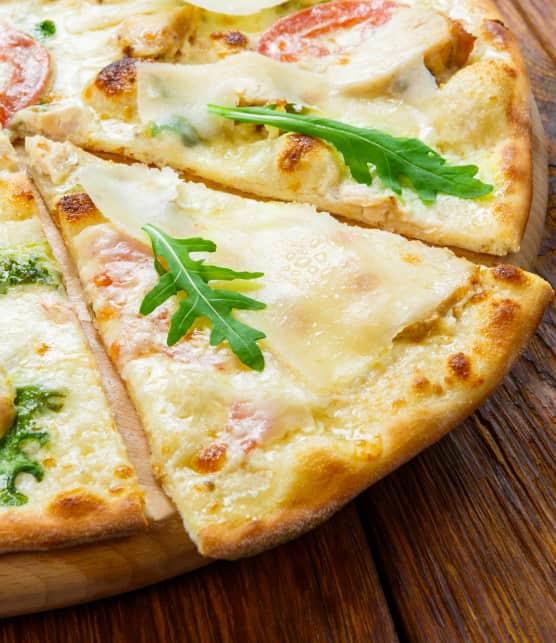 Pizza à la roquette et au mozzarella