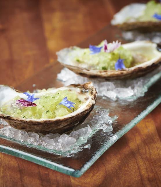 Huîtres d'ici, granité de concombre, lime et basilic