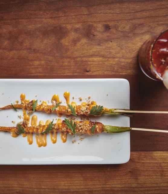 Brochettes de carottes du jardin rôties, de mayonnaise épicée et de granola de sarrasin