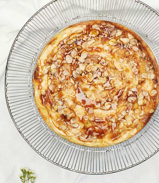 Gâteau aux pommes, amandes et sauce au caramel