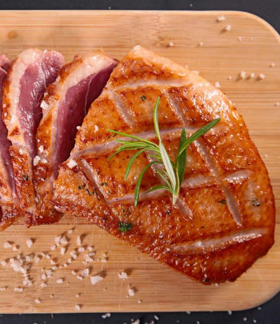 Magret de canard en cuillère, réduction de Porto à la vanille et pacanes caramélisées