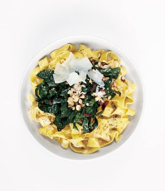 nouilles aux oeufs au pecorino au kale et aux noisettes