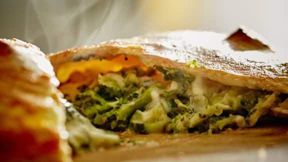 Calzone aux légumes verts et formage mozzarella