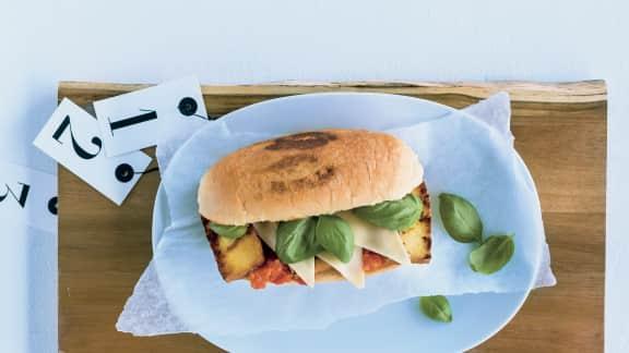 Sandwich de tofu fumé à la mozzarella et au basilic