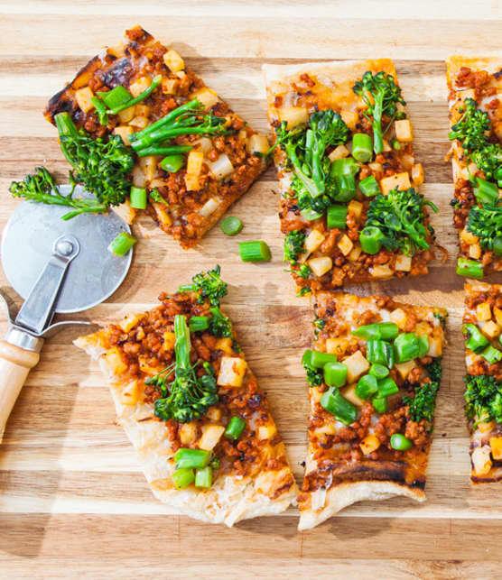 pizza à la saucisse italienne, pomme de terre et broccolini