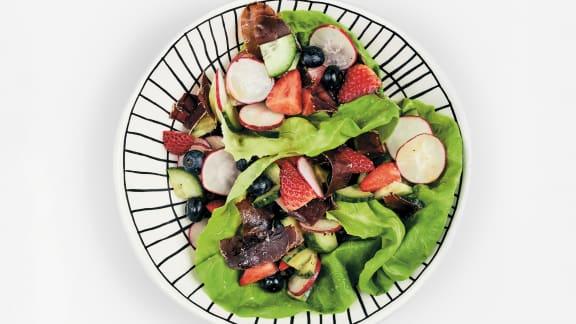 Salade à la viande des Grisons, aux fraises et aux bleuets