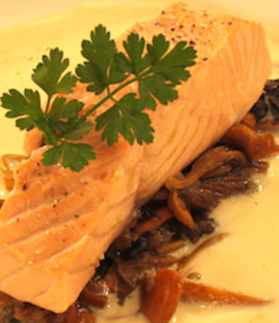 saumon poché aux champignons, émulsion de lard