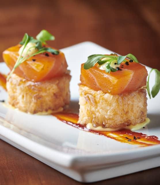 Galettes de riz frites et cubes de saumon marinés