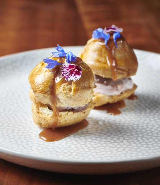 Petits choux farcis de crème glacée et de caramel à la fleur de sel