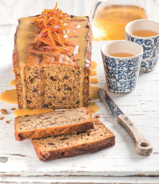 Gâteau à l'orange, aux dattes et aux noix, sauce caramel à l'orange