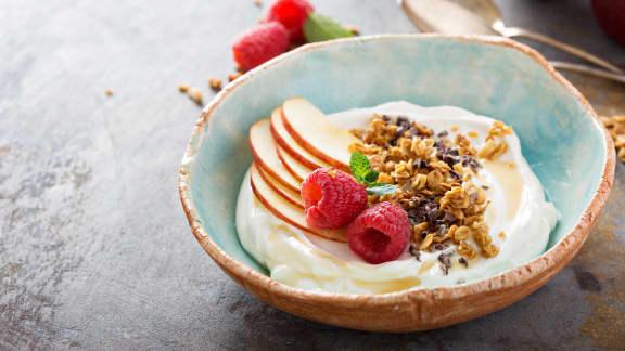 Parfait aux fruits, yogourt et granola maison aux épices