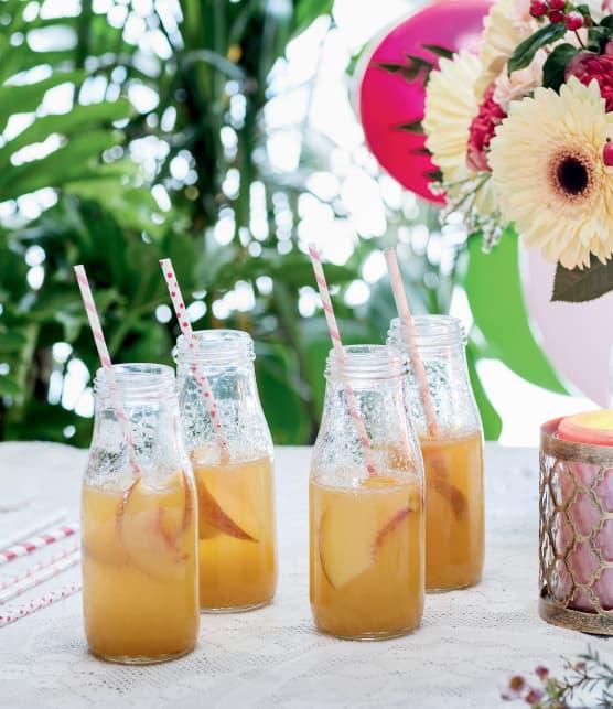 Cocktail de bulles aux pêches fraîches et au rhum blanc