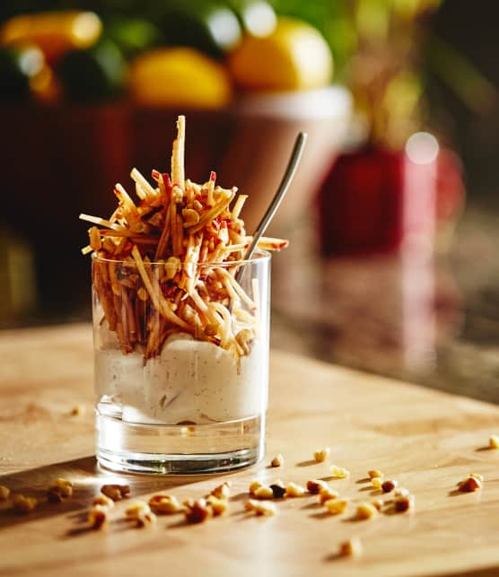 Pommes en juliennes et yogourt grec parfumé à l'érable et à la vanille