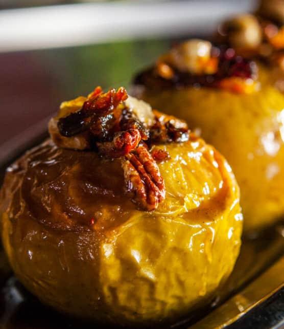 pomme rôtie entière, farcie de noix et fruits confits à l'érable