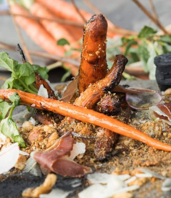 carottes Heirloom charbonisées, ricotta, miel, pain et prosciutto de canard