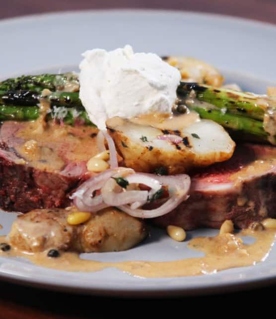 rôti de côte de boeuf, crème de raifort, asperges grillées au parmesan et topinambours rôtis
