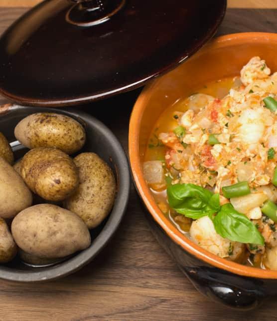 ragoût de fruits de mer et poissons à la tomate, parfum d'herbes fraîches