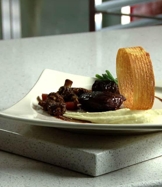 joue de veau de lait braisée au vin rouge et boudin rôti