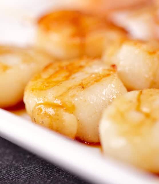 brochettes de mini-pétoncles au vinaigre de citron et à l'huile de basilic