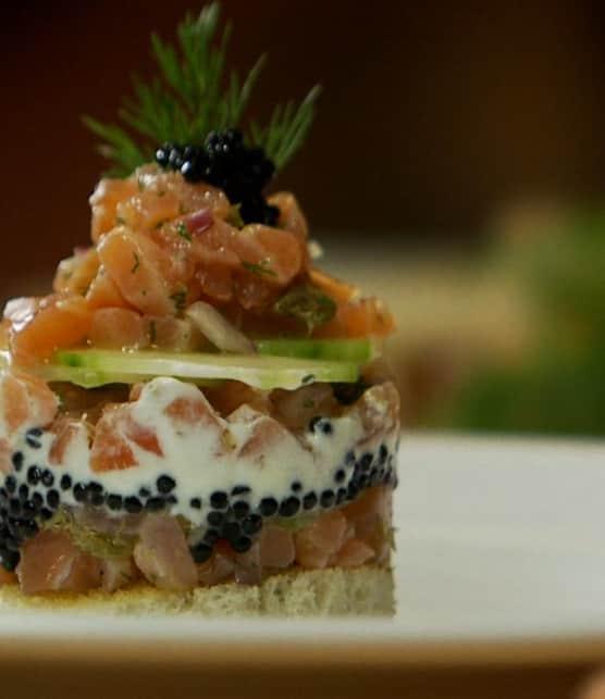 cylindre de saumon et de caviar