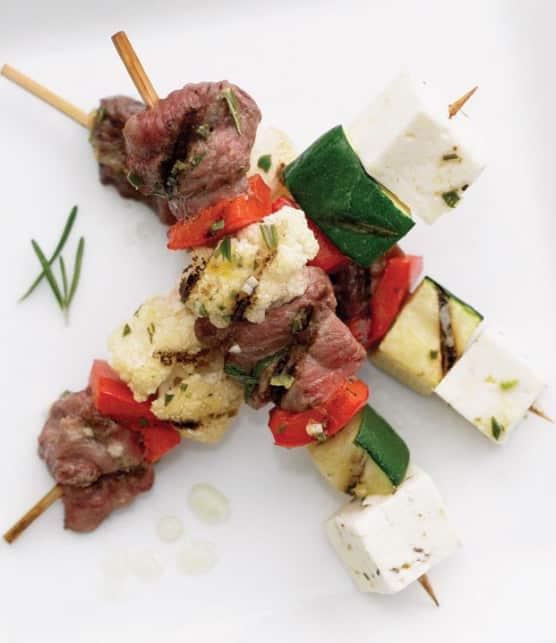 satés à l'agneau et aux légumes